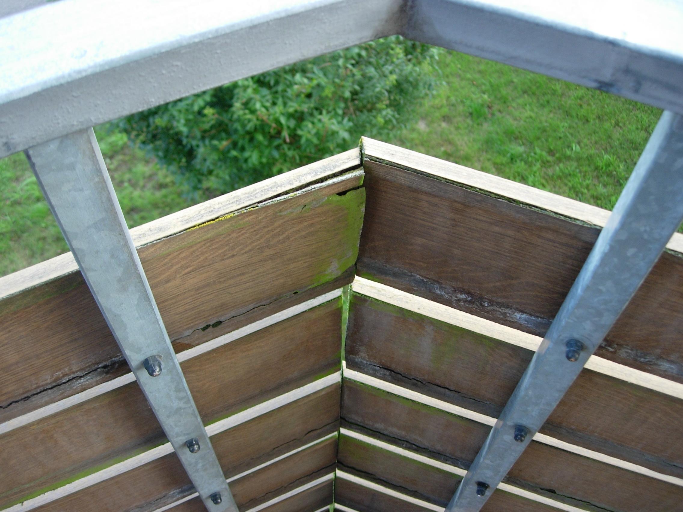 Vor der Renovierung: Alte verfaulte Balkonbretter