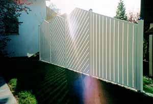 FLORA-ZAS Sichtschutzwand aus Aluminium. Senkrechter und diagonaler Profilverlauf kombiniert.