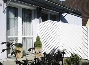 Sichtschutz als Trennwand bei einem Doppelhaus.