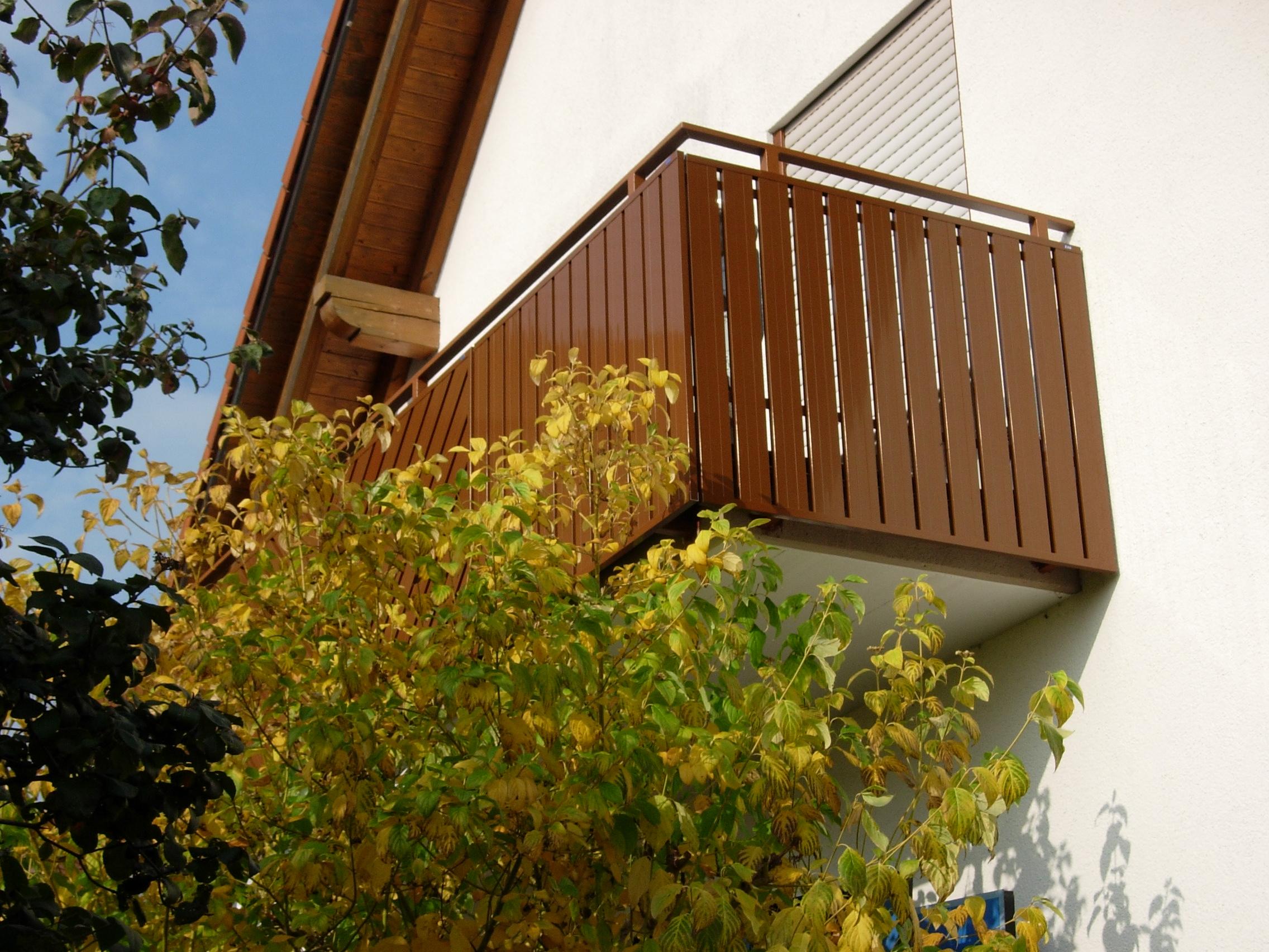 In Rehbraun gehaltene Aluminium-Bretter, passend zu den vorhandenen Holzbrettern.