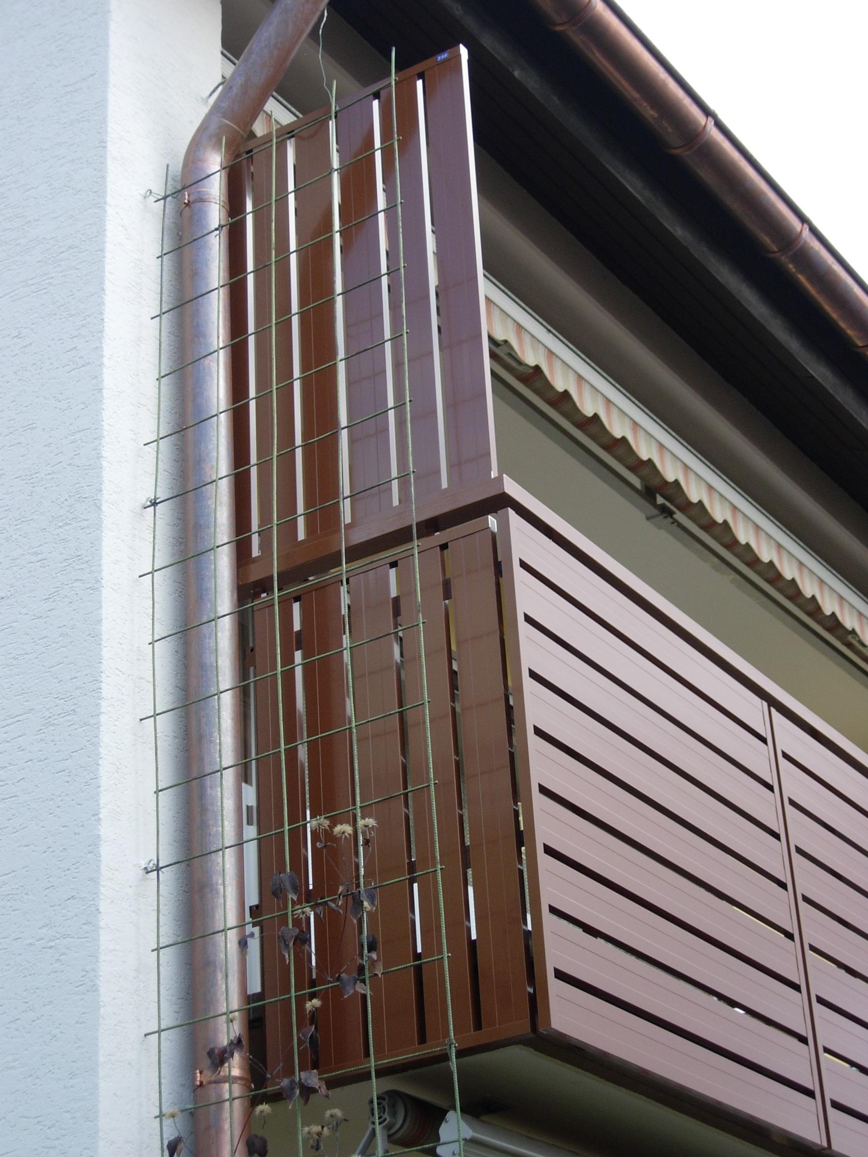 seitliche Balkonverkleidung und Sichtschutz in senkrechter Ausführung
