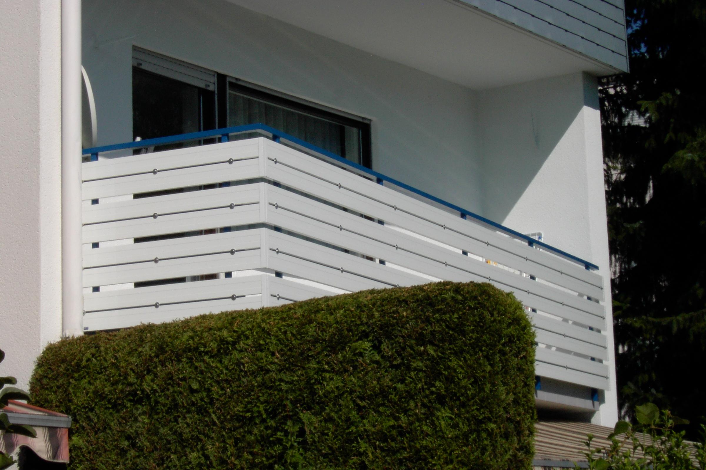 Blau gestrichene Grundkonstruktion und weiße Alubretter von vorne verschraubt.