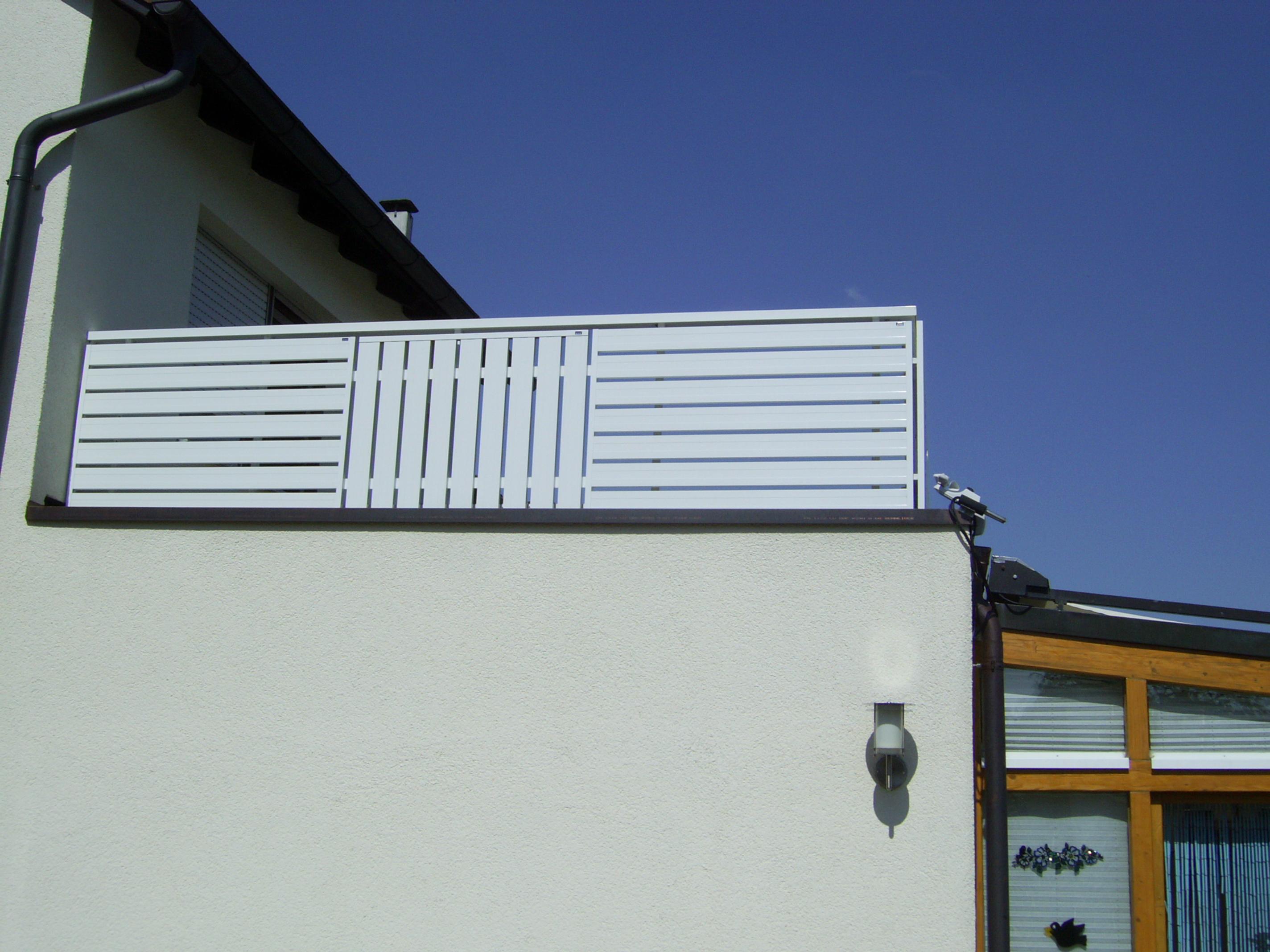 Dachterrasse mit einer neuen seitlicher Terrassenverkleidung.