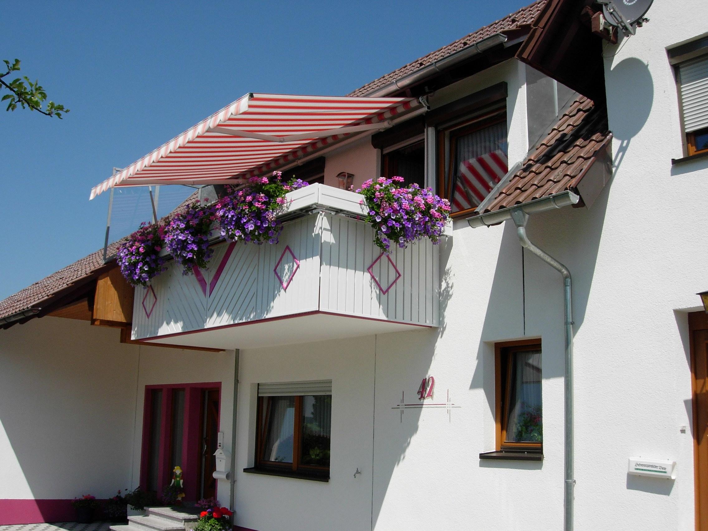 Balkonelemente in weiß mit Farbakzenten in pink.