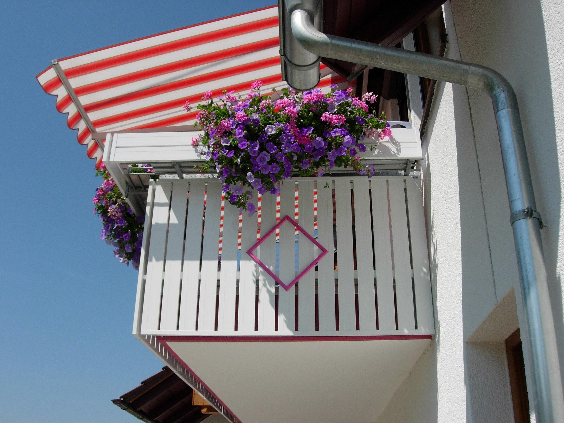 Seitenansicht: Blumenblende, ZAS-Balkonelement IDEA mit einer farbigen Raute.
