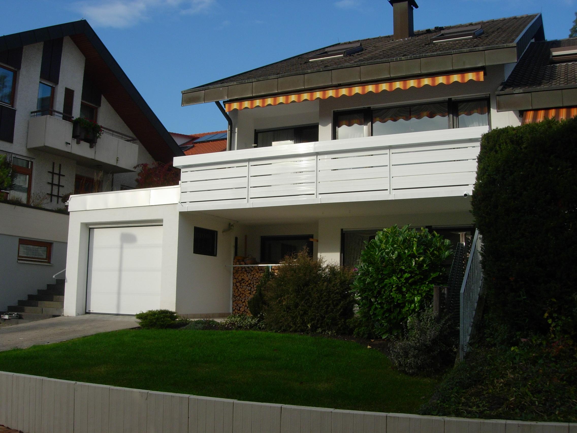 Einfamilienhaus mit neuer Balkonverkleidung aus Alu, weiß pulverbeschichtet.