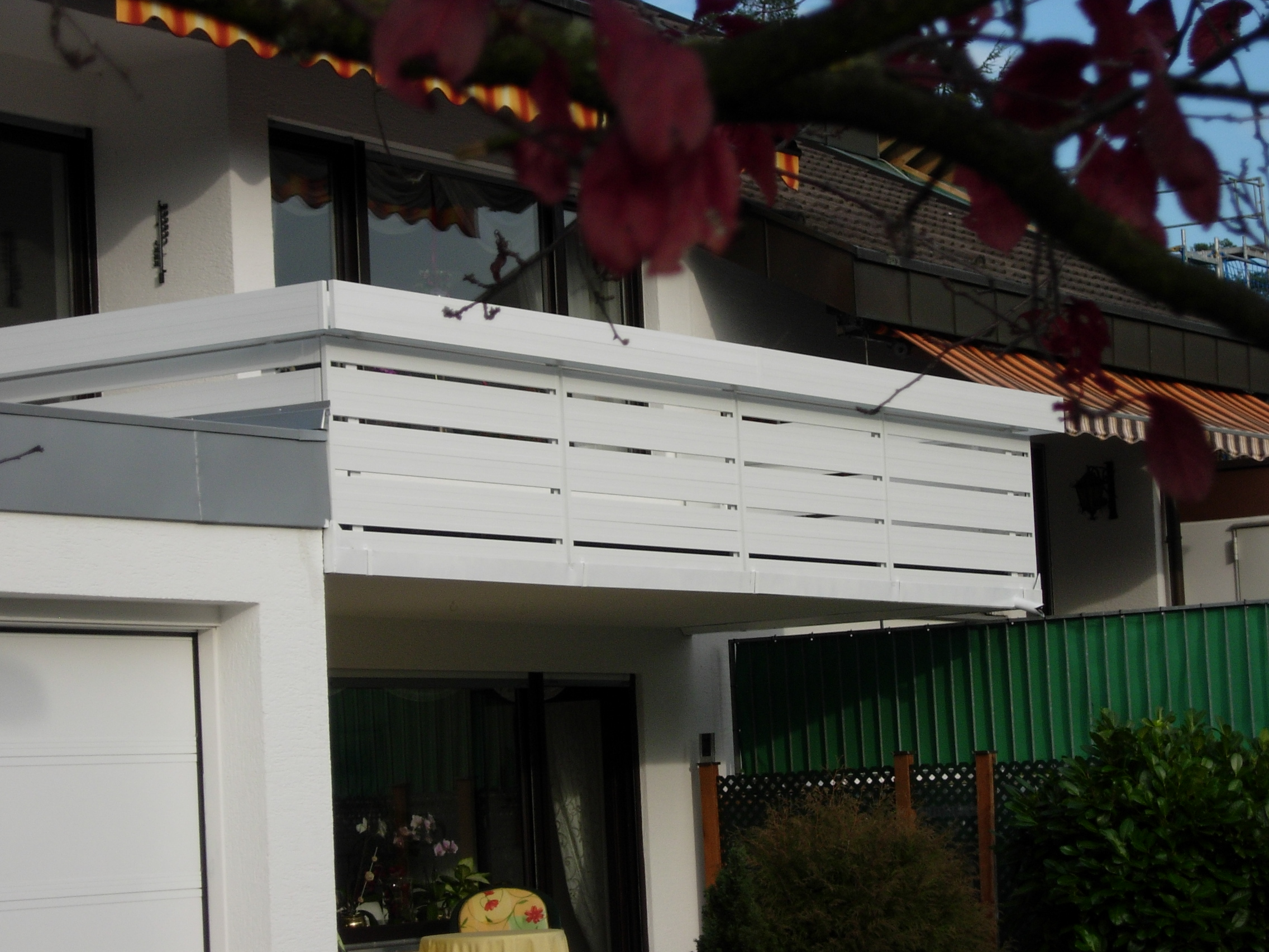 Blumenbrett und neue Balkonmodule aus Aluminium.